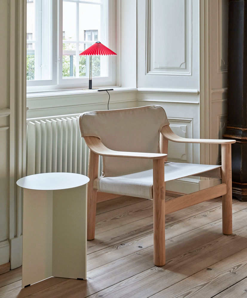 Bernard-matt-lacquered-oak-base-raw-canvas-cover_Slit-Table-Round-High-white_Matin-Table-Lamp-oxide-red-shade