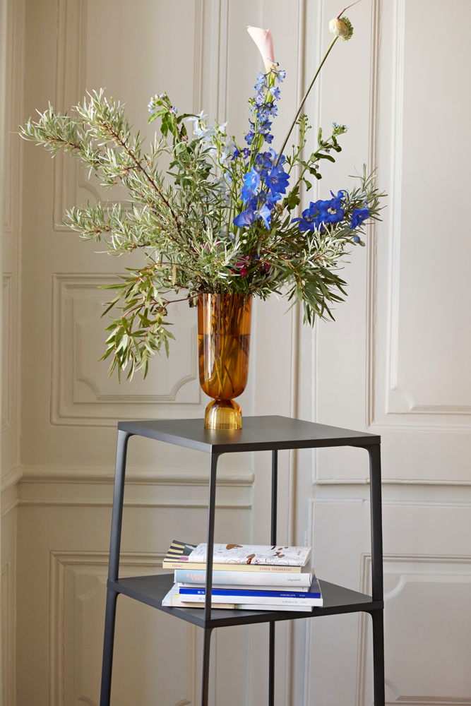 Eiffel-Shelf-rectangular-black_Bottoms-Up-Vase-L-amber-(1)