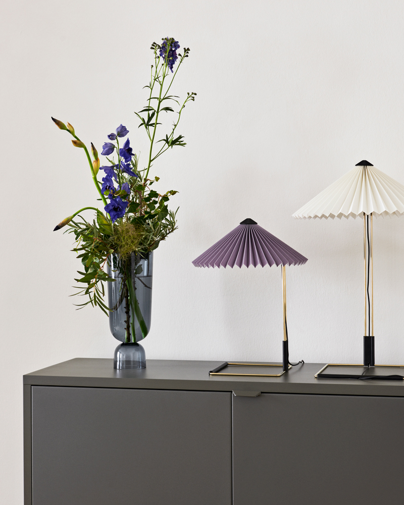 Matin-Table-Lamp-S-lavender_Matin-Table-Lamp-L-pure-white_Bottoms-Up-Vase-L-navy-blue-(1)