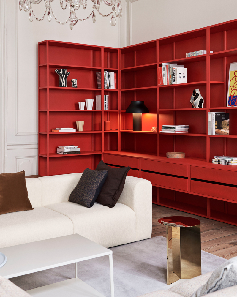 New-Order-Shelving-System-red_Slit-Table-High-brass_Eiffel-Coffe-Tabel_Mags-3-seater-uph.-Flamiber-cream-A5